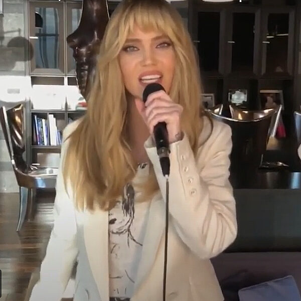 Онлайн-концерт Глюкозы 2020: «Невеста», «Жу-жу» и другая акустика для TikTok