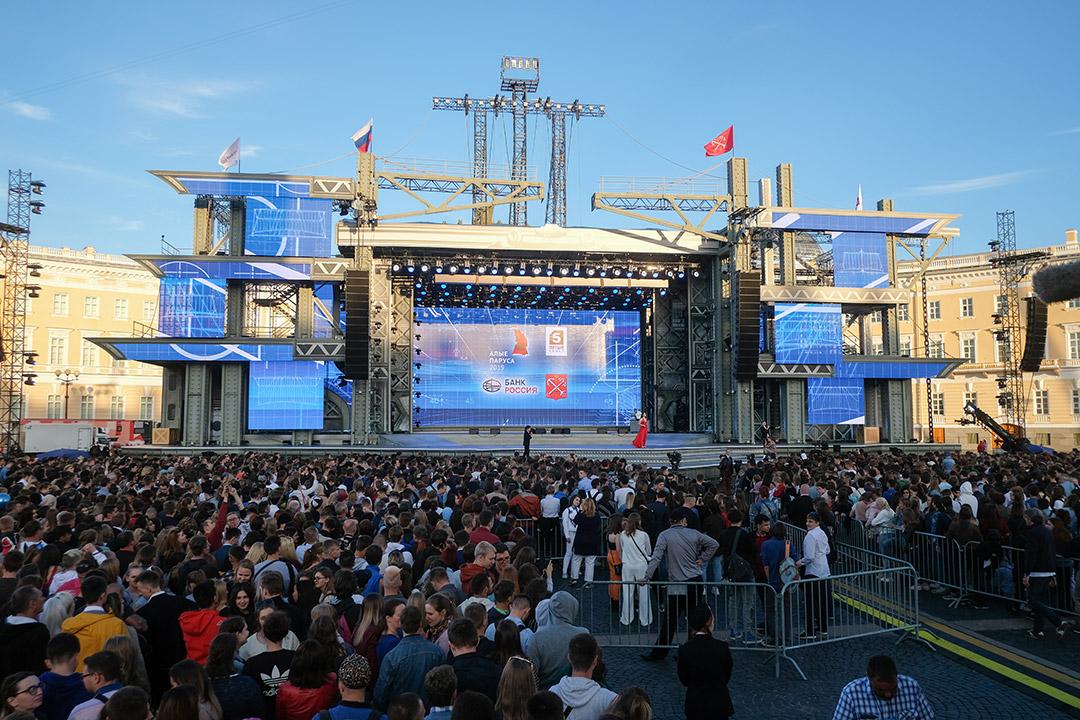 Попасть к сцене на Дворцовой могут только счастливые обладатели билетов на алые паруса.