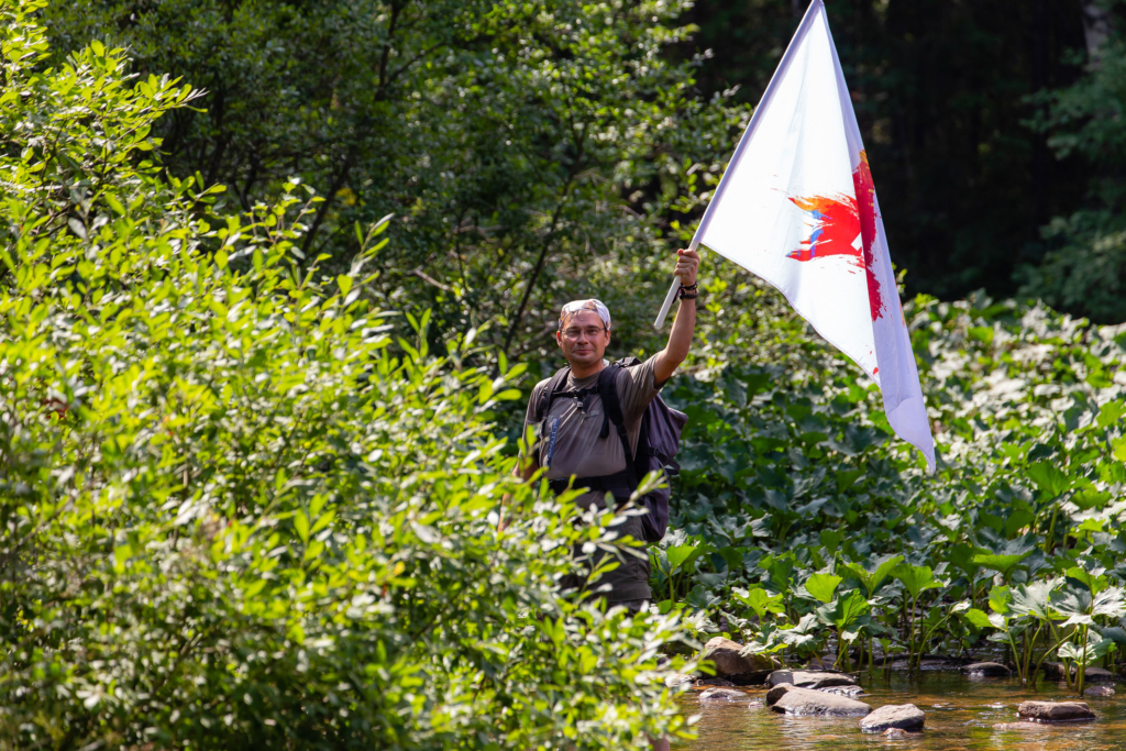 мужчина с флагом кп