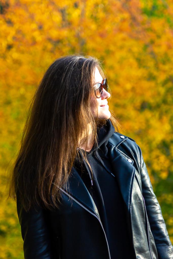 девушка на фоне осеннего дерева
