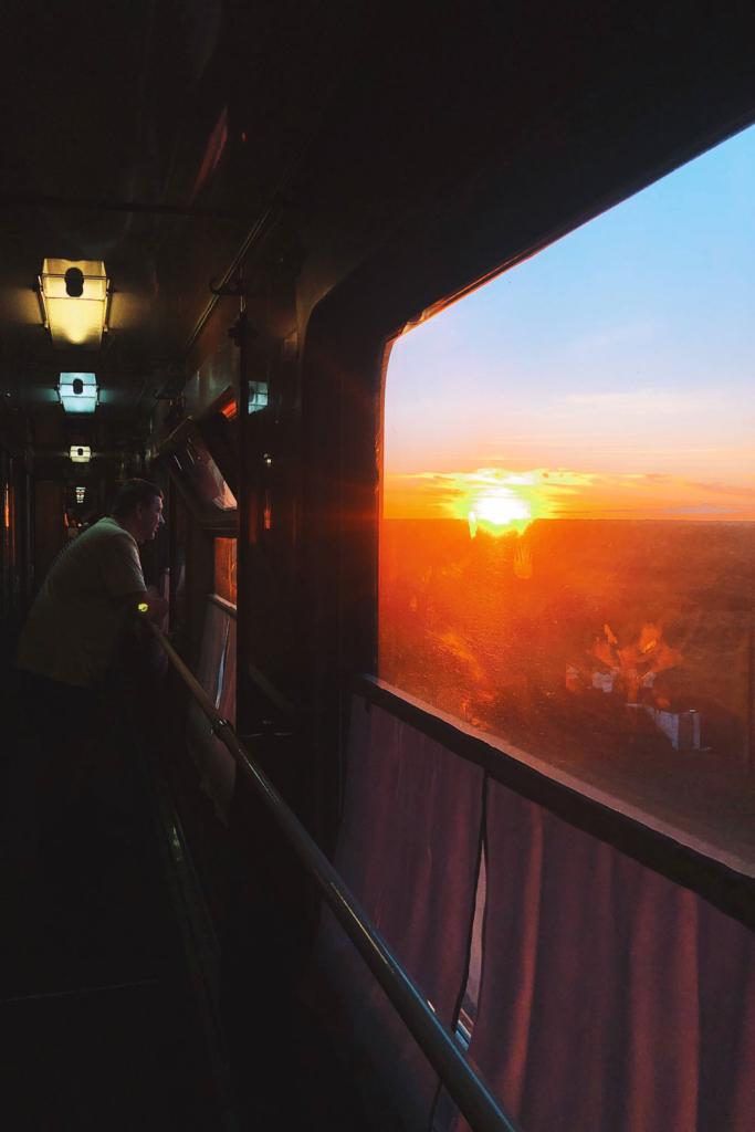 закат в окне поезда