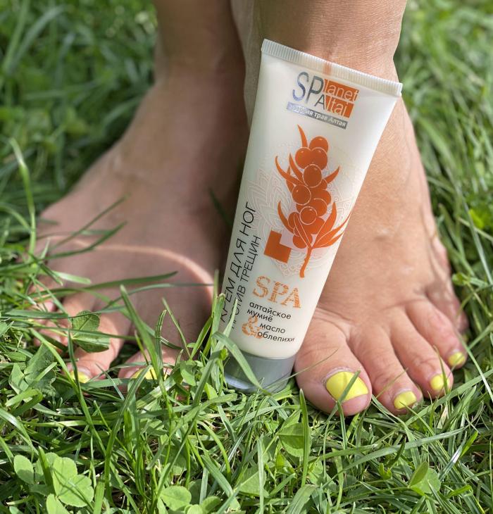 крем для ног на фоне ног