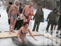 В Красноярске холодный ветер и мороз чуть не сорвали Крещенские купания