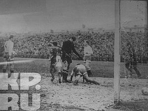 В 1961 году воронежский «Труд» (будущий «Факел») обыграл московское «Динамо», ворота которого защищал Лев Яшин (на фото в черной форме).