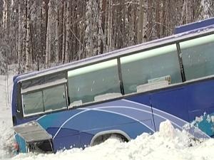 """Рейсовый автобус """"Ярославль-Рыбинск"""" вылетел в кювет."""