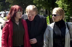 У гроба Марианны Стриженовой - ее бывший муж Олег Стриженов со своей второй супругой Лионеллой Пырьевой и шестнадцатилетней внучкой.