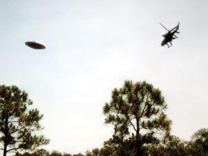 Фото сделано во Флориде, возле базы ВВС в 1996 году. Рядом с «тарелкой» - вертолет с испытателями.