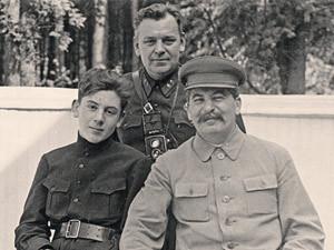 Иосиф Сталин с сыном Василием. А за спиной - верный Николай Власик.  Ближняя дача в Волынском. 1935 г.