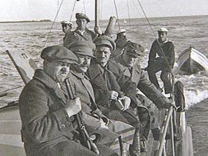 Иосиф Сталин (второй слева) во время прогулки на катере по Черному морю в районе мыса Пицунда. Сентябрь, 1933 г.