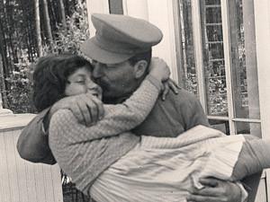 Из всех советских детей Сталин больше всего любил свою дочь Светлану. Ближняя дача в Волынском. 1935 г. Автор этого фото - Николай Власик.