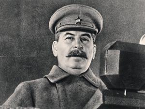 Сталин выступает на военном параде 7 ноября 1941 г. со звездой на фуражке, которую ему прикрепил генерал Власик.
