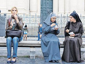 Кадр из фильма «Ешь. Молись. Люби»: героиня Джулии Робертс в поисках еды, молодости, счастья и любви. А монахини уже все обрели.