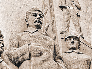 Памятники Сталину высекали из камня, отливали из бронзы. И народ вокруг вождя - из того же материала...