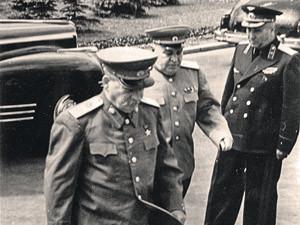 Приезд Сталина на авиапарад в Тушино. За спиной вождя - генерал Власик. 1949 г.