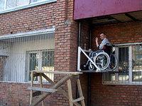 В Улан-Удэ инвалид-колясочник установил себе лифт на второй этаж