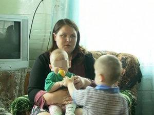 """Малыш родился в рубашке - он едва не умер от холода при рождении, но сейчас хорошо себя чувствует. Фото ТК """"Тивиком""""."""