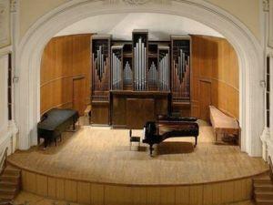 И когда смычок касается его певчих древесин, Паганини и Касальсы не соперничают с... Я люблю в Консерватории не...