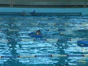 """Любителям свободного плавания бассейн  """"Дельфин """" предлагает плавательный."""