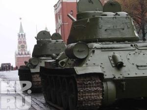 Замкнет торжественное прохождение колонна бронетехники времен Великой Отечественной