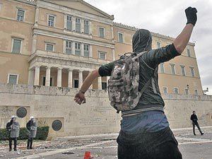 Только полиция спасает от гнева граждан парламент Греции, где депутаты под угрозой дефолта страны вынуждены штамповать законы о сокращении зарплат и рабочих мест.