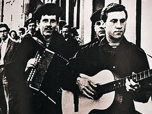 Владимир Высоцкий и Валерий Золотухин перед спектаклем «10 дней, которые потрясли мир».