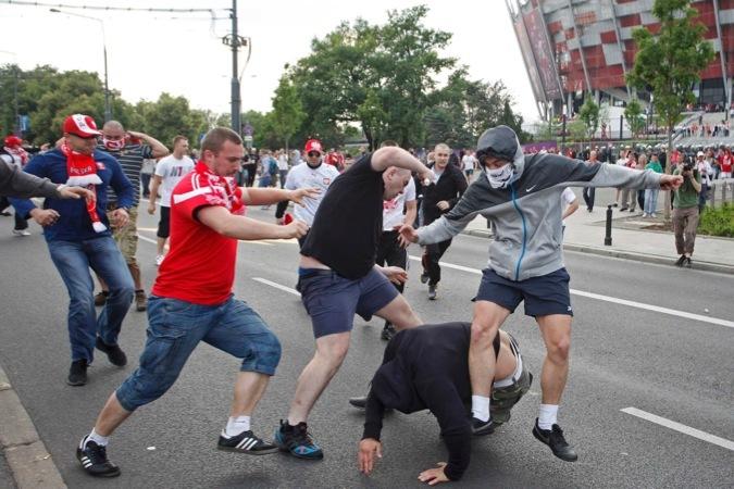 До начала матча Польша - Россия на улицах Варшавы уже начались беспорядки