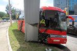 На Волжском проспекте автобус с туристами въехал в баннер