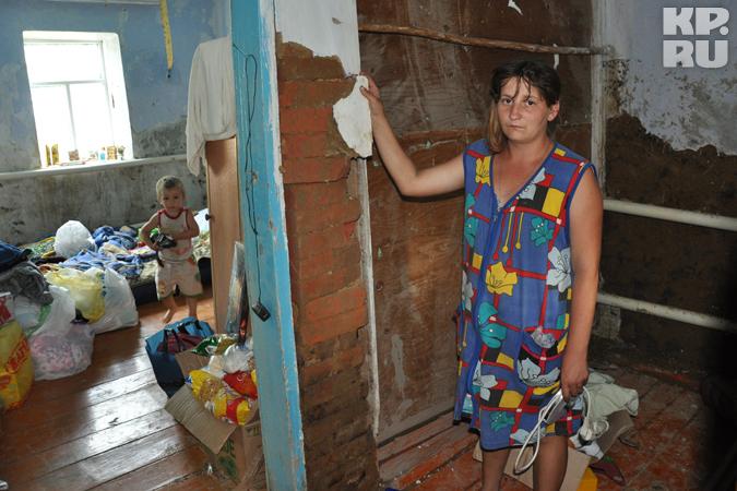 Потерявшие жилье крымчане стоят в очередях и живут на чердаках