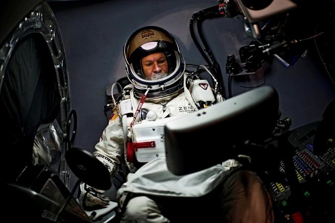 Red Bull Stratos. Сверхзвуковая скорость без мотора. Свободное падение с высоты (планировалось=36000 метров) 39000 метров.