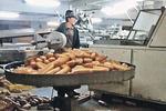 Жителям столицы продают грязный и просроченный хлеб