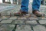 Борьба со стихийными парковками по-владикавказски: в брусчатку вкрутили железные шипы