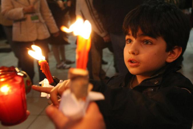 В Иерусалиме в храме Гроба Господня сошел благодатный огонь (фото)