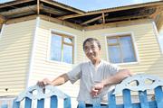 Отчаявшись решить жилищный вопрос, многодетный отец построил дом из соломы и глины