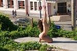 В центре Казани снова разделась девушка. Теперь - прямо напротив университета
