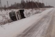 На трассе Ухта-Ярега съехал в кювет и опрокинулся пассажирский автобус