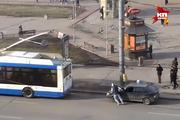 Парня, прицепившего машину к троллейбусу, оштрафовали за парковку на остановке