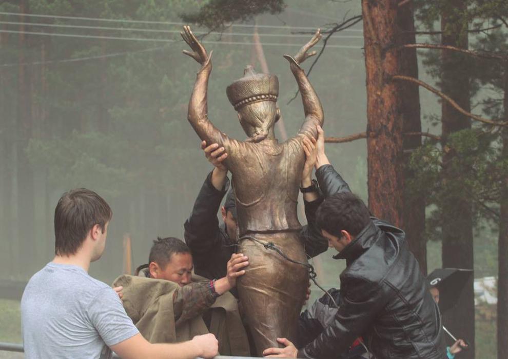 Люди снимают скульптуру