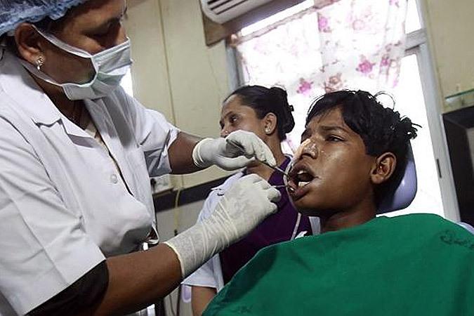 Во рту индийского подростка
