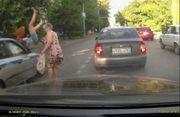 В сети появилась видеозапись того, как в Ростове машина ДПС сбила девушку