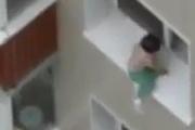 Блогер заснял ребенка, гуляющего по карнизу небоскреба
