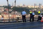Полицейский сделал selfie на фоне самоубийцы на мосту