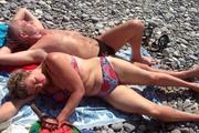 На анапском пляже в женщину, которая не встала во время исполнения российского гимна, запустили камнем