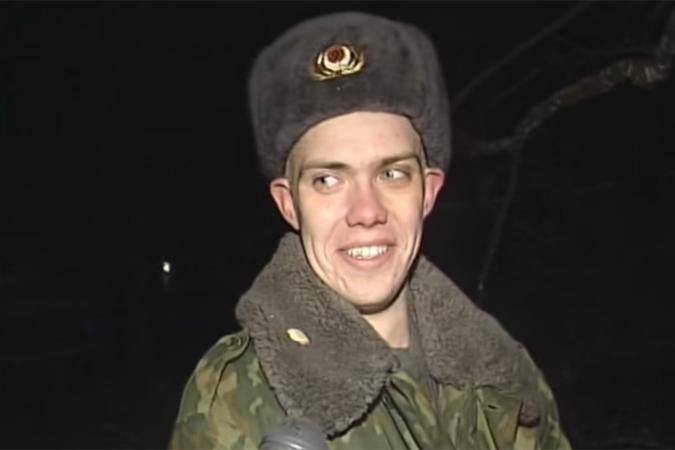 Российский солдат разбил окно и срубил дерево, спасая кота