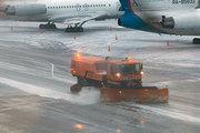 МАК: «Движение снегоуборщика к полосе зафиксировала камера. С диспетчерами водитель не связывался»