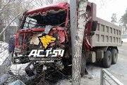 В Новосибирске самосвал врезался в столб: пострадали водитель и пешеход