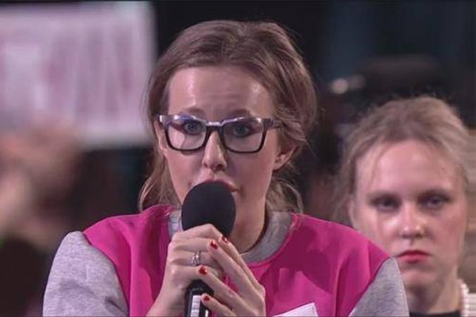 Ксения Собчак сделала звездой соцсетей девушку с микрофоном на пресс-конференции Путина