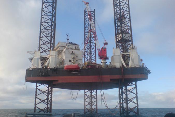 На горящей нефтяной платформе