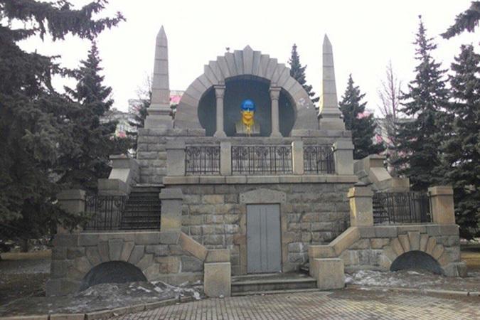 Какой удар для зюгановцев!: Бюст Бланка в Челябинске раскрасили в цвета украинского флага