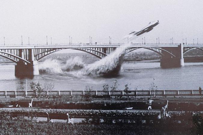 Пролёт боевого самолёта под мостом