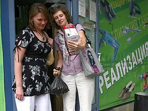 В «зеленых» магазинчиках продают даже подделки на фирменные футболки «Комсомолки».